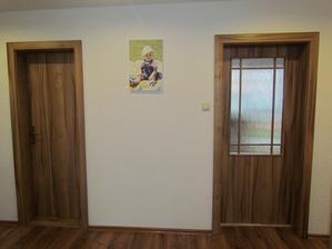 A konečne máme interiérové dvere a nebývame ako v jaskyni :-D Napravo vchod do kuchyne (zasúvačky) a naľavo vchod do špajze