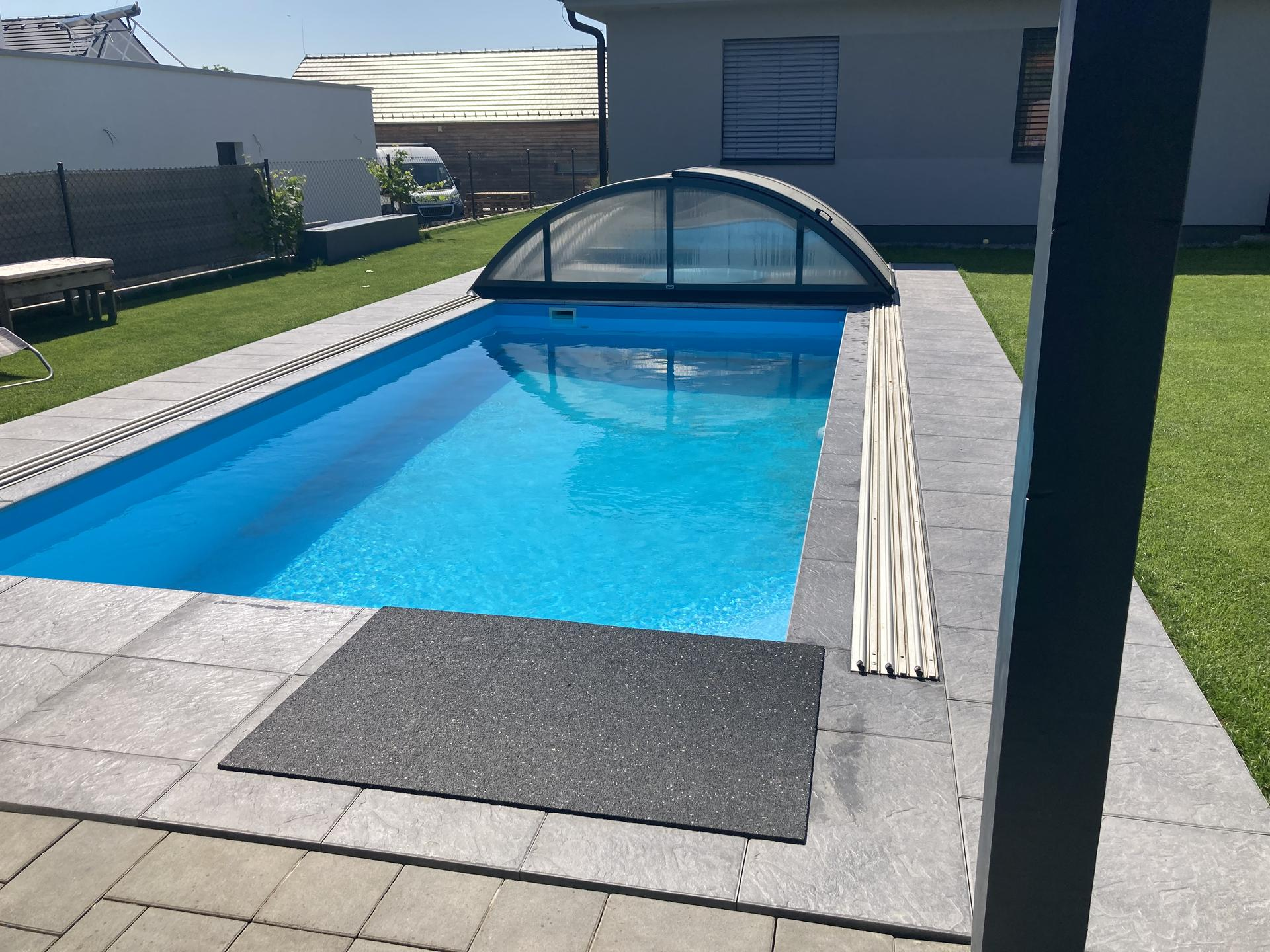 Tak nás bazen dostal novy šmrnc, konečně máme dlažbu 👏jsme moc spoko a na podzim ji protehneme až pod pergolu 😉 - Obrázek č. 1