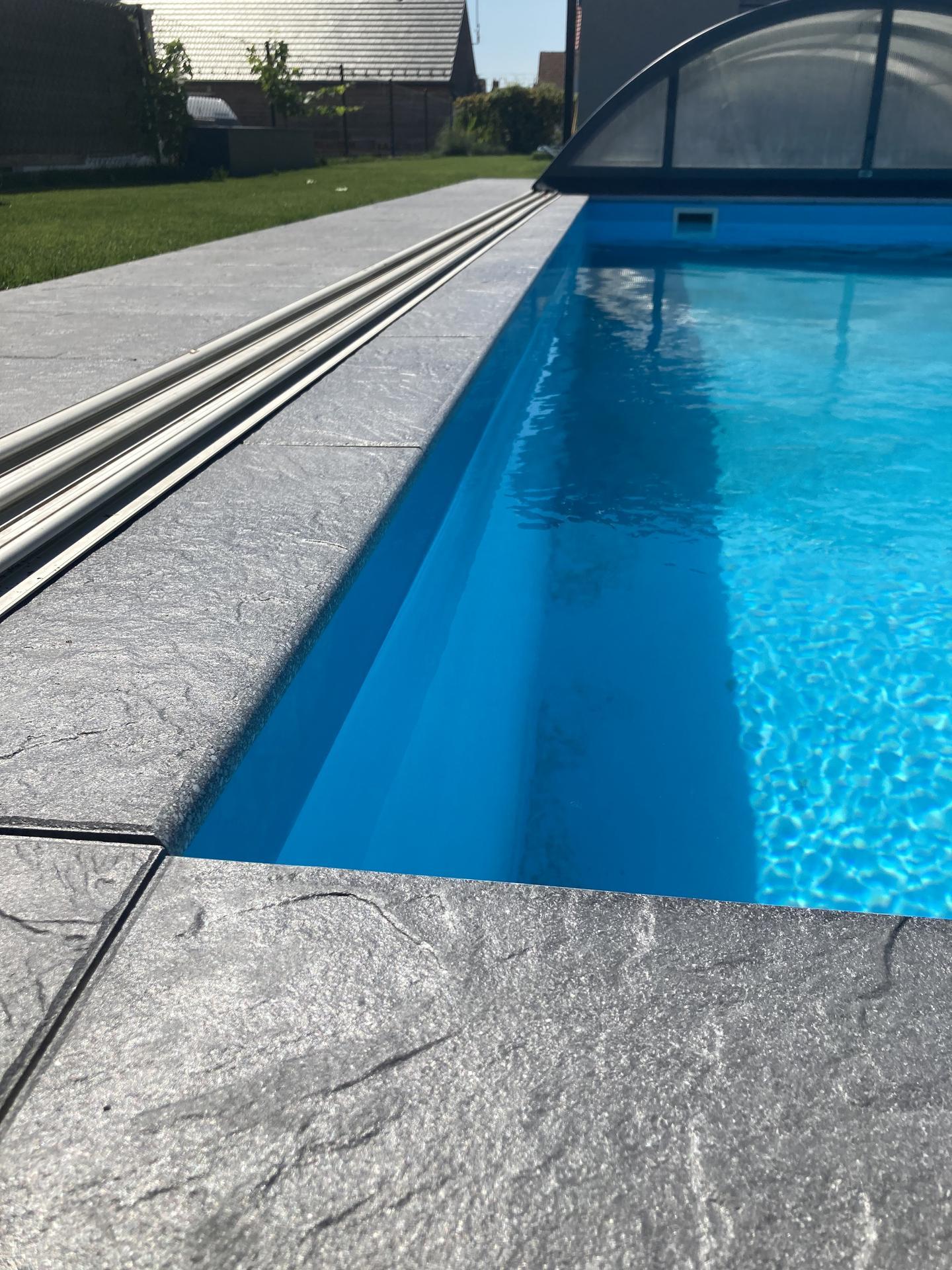 Tak nás bazen dostal novy šmrnc, konečně máme dlažbu 👏jsme moc spoko a na podzim ji protehneme až pod pergolu 😉 - Obrázek č. 3