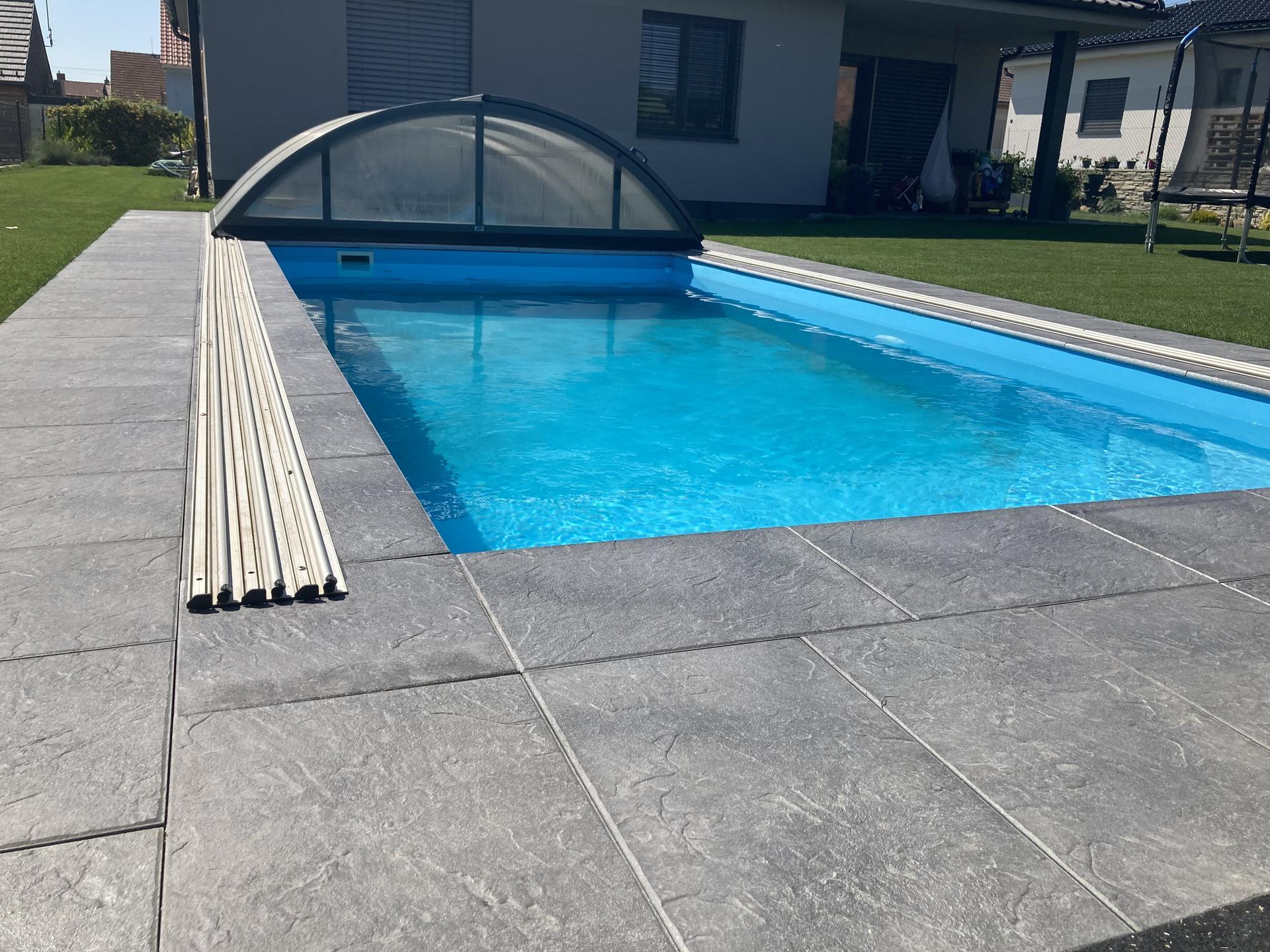 Tak nás bazen dostal novy šmrnc, konečně máme dlažbu 👏jsme moc spoko a na podzim ji protehneme až pod pergolu 😉 - Obrázek č. 2