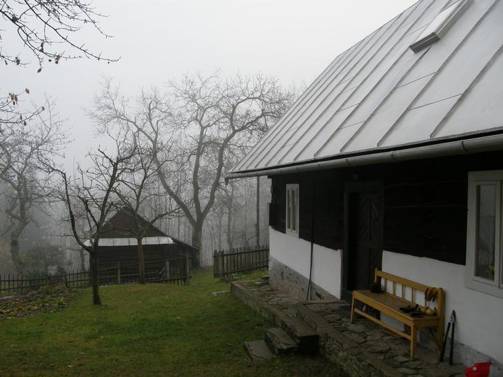 Nas druhy domov :D - pohlad z horneho dvora na vchod, dolu susedove humno