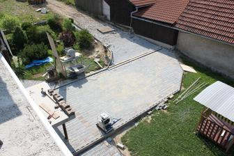 už sa rysuje konecna verzia chodnikov a miesto pre bazen :)
