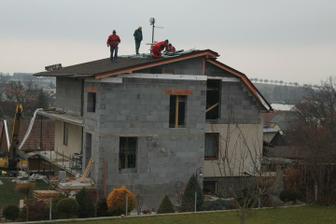 je to neskutocne, ale strecha je skoro hotovaaa :) huraaa