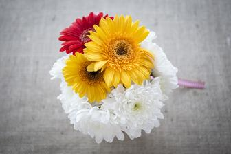 Květinová výzdoba stolů