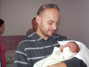 miláček můj chová nejmladšího svatebčánka-narozen 5.7.