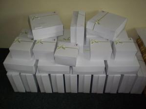 slepené a vyzdobené krabice na výslužky-chybí už jen dolepit od koho a pro koho-až se to vše ustálí...
