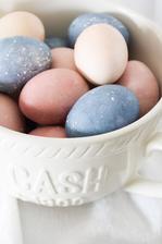 Farbila som vajíčka prírodným spôsobom - s použitím čučoriedok a cvikle