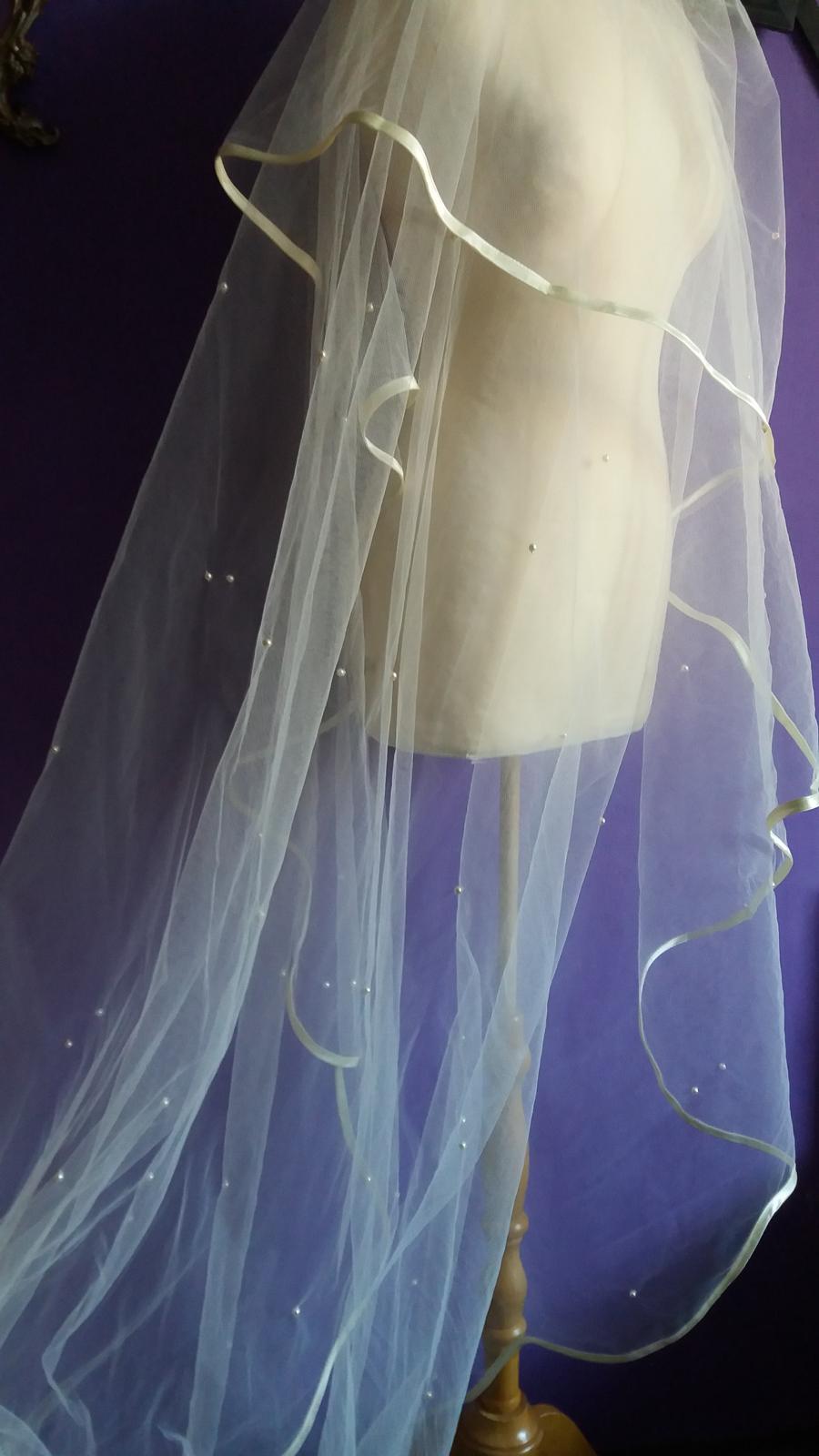 Naše dobová viktoriánská  svatba - Perličky uz jsou téměř našité  ☺  budou kromě části přes obličej po celé délce ❤