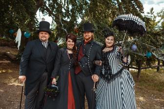 Naší úžasní fotografové na jejich svatbě❤ šila  jsem pro oba. Teď oni na oplátku dokumentují naši svatbu. Zbožňuju je 😍