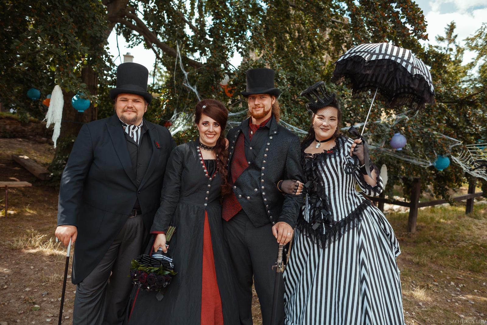 Naše dobová viktoriánská  svatba - Naší úžasní fotografové na jejich svatbě❤ šila  jsem pro oba. Teď oni na oplátku dokumentují naši svatbu. Zbožňuju je 😍