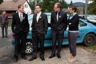 zleva: svědek muže, kamarádi z vysoké a přítelkyně kamaráda...:-) alias opíjecí harcovské komando - když neopijeme ženicha, tak nevěstu...:-)))