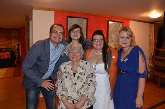 sestřenice s bratrancem a babičkou :)