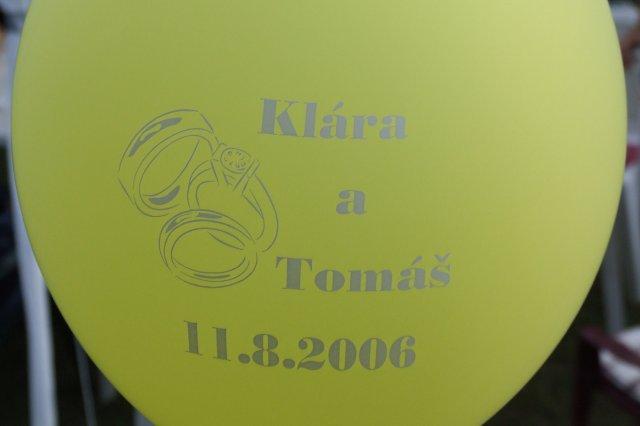 Klára a Tomáš 11.8.2006 - nechala jsem vyrobit balonky žluté a oranžové, vyzdobili jsme s nimi naši zahrádku :-)))