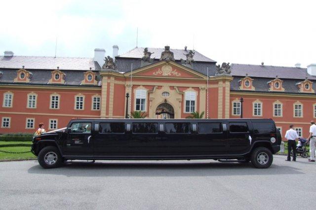 Klára{{_AND_}}Tomáš Přibylovi - do zámku vjet opravdu nemohlo, bylo moc velikééé :-)
