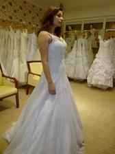 6. šaty: Nádherné krajkové, ale na menší prsa :/