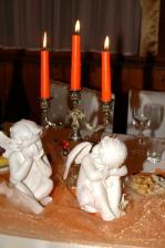 anjelikovia na svadobnom stole