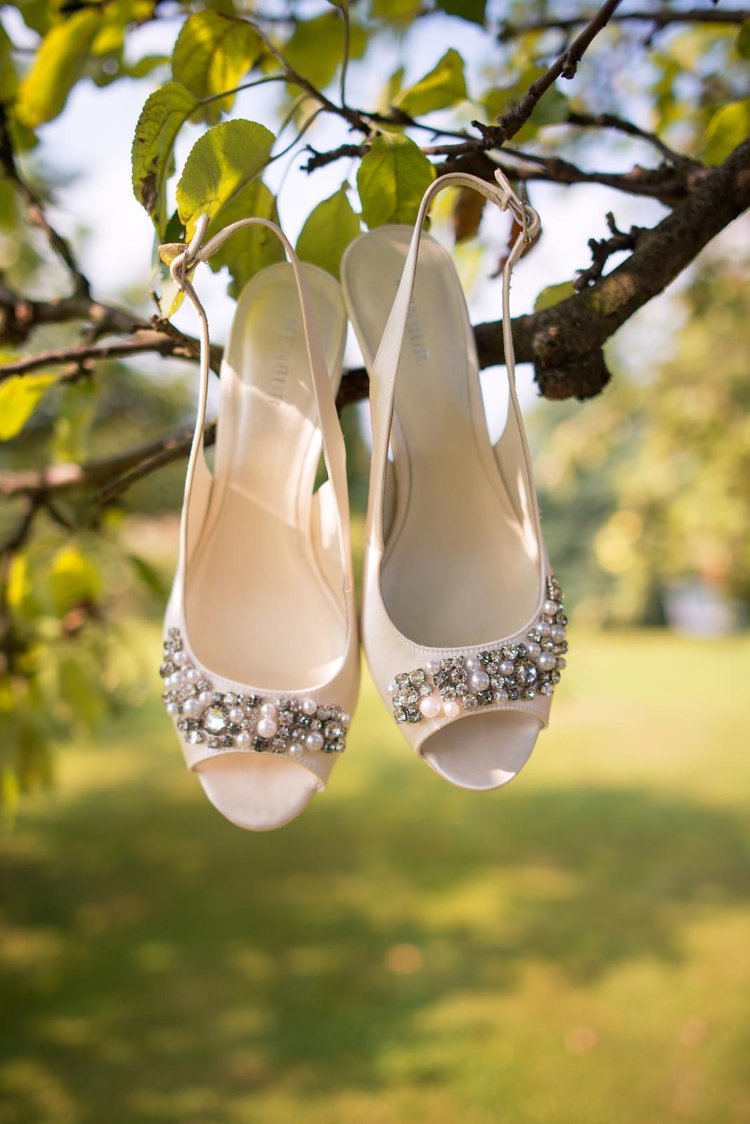 e37fa1ae87 Jinak můžeš taky vyzkoušet svatební salóny - spousta z nich nabízí svatební  obuv. Já měla bílé šaty