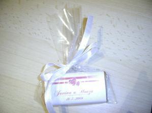 čokoládky na stůl, z druhé strany nápis: Děkujeme, že jste s námi strávili náš vyjímečný den