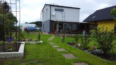 Optimistický pohled na trávník, pod úhlem se krásně zelená :)