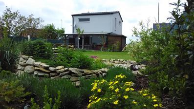 Pohled od bylinkové spirály na náš domeček