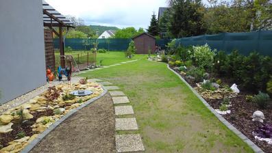Odsud už tak optimistický pohled na trávník není, ale já jsem optimistka a věřím, že za měsíc už se budem všude zelenat!