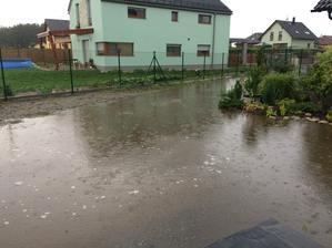 A takhle nějak to u nás vypadalo ve středu 27.7.16, když jsem přijela z práce domů. Během půl hodiny napršelo po kotníky voda.