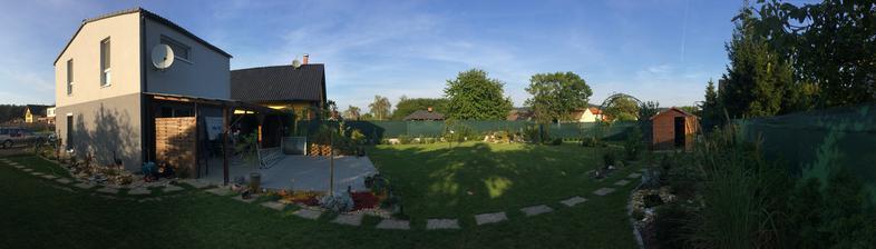 Z pravé strany zahrady po úklidu bazénu, holt konec léta, začátek podzimu...