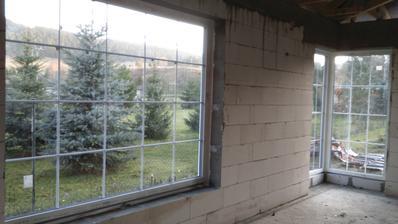 okno v jedálni a rohové v obývačke
