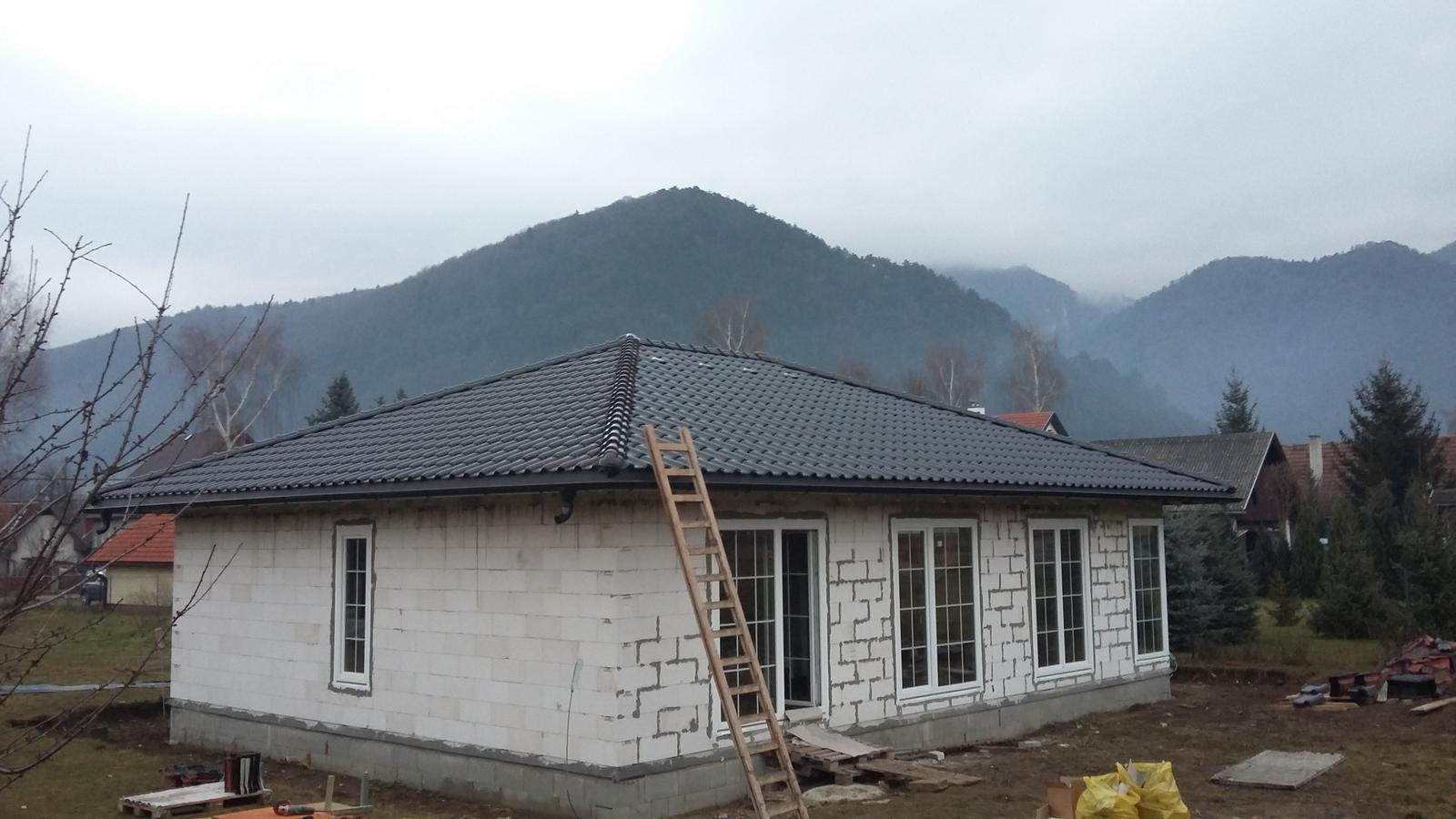 Náš nový domov - tak už môj manželík dorobil strechu , tešíme sa :)