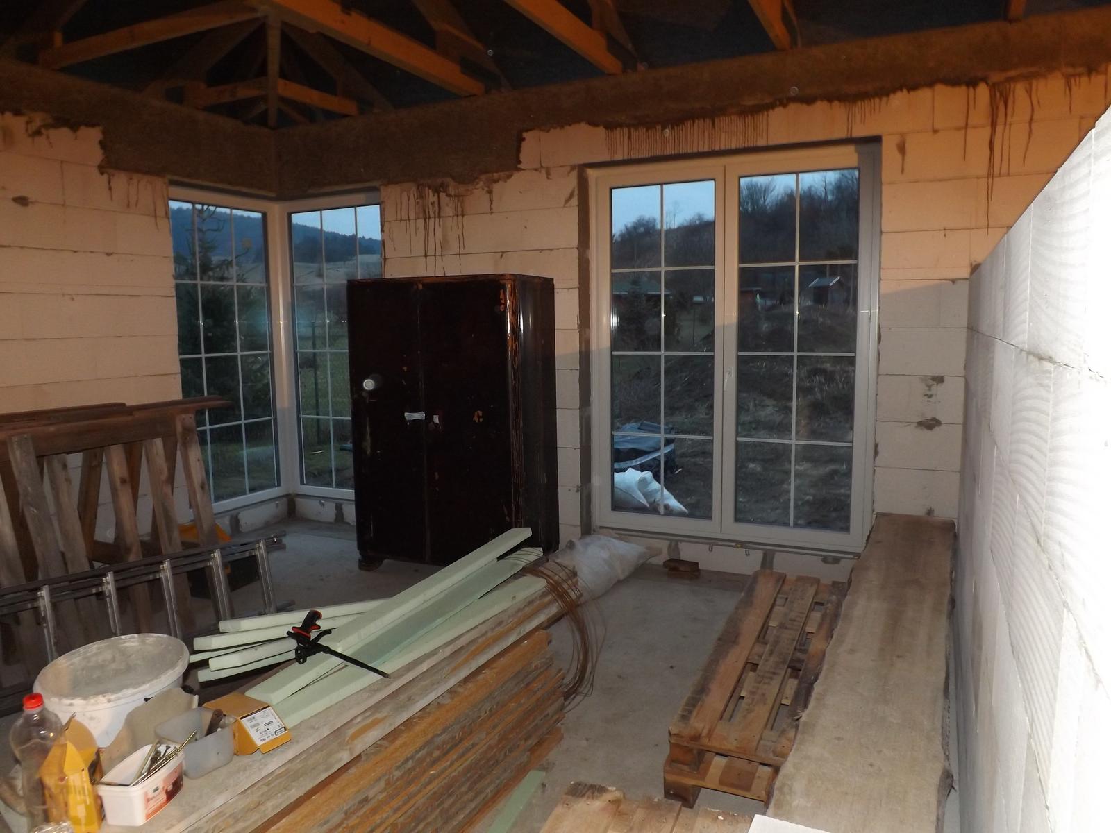 Náš nový domov - obývačka už aj s nejakým nábytkom :-D