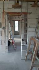pohľad z obývačky, okno v kúpelni