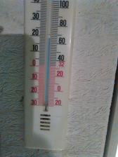 teplota na opačnom konci domu. Vykurujeme zatiaľ len Jotulkou.