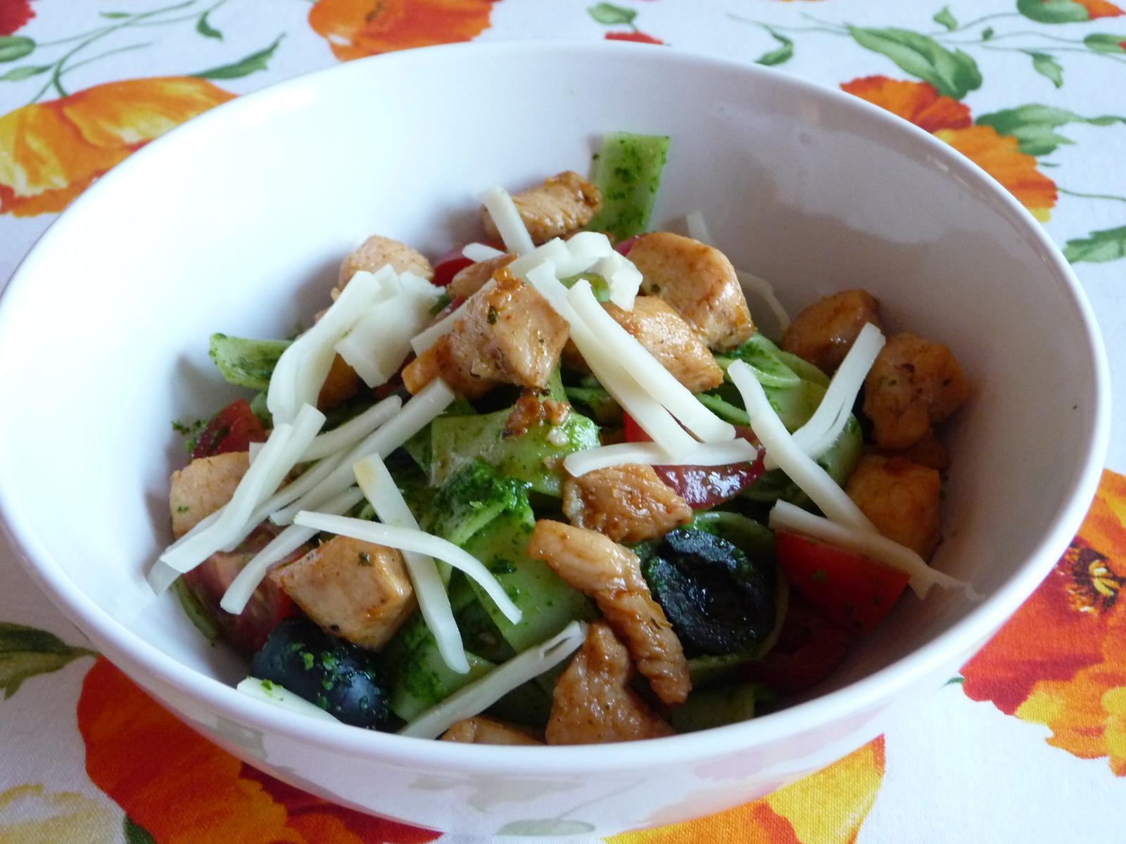 Z mého kuchařského deníku - dnešní večeře - těstoviny s rukolovým pestem, kuřecím a zeleninou