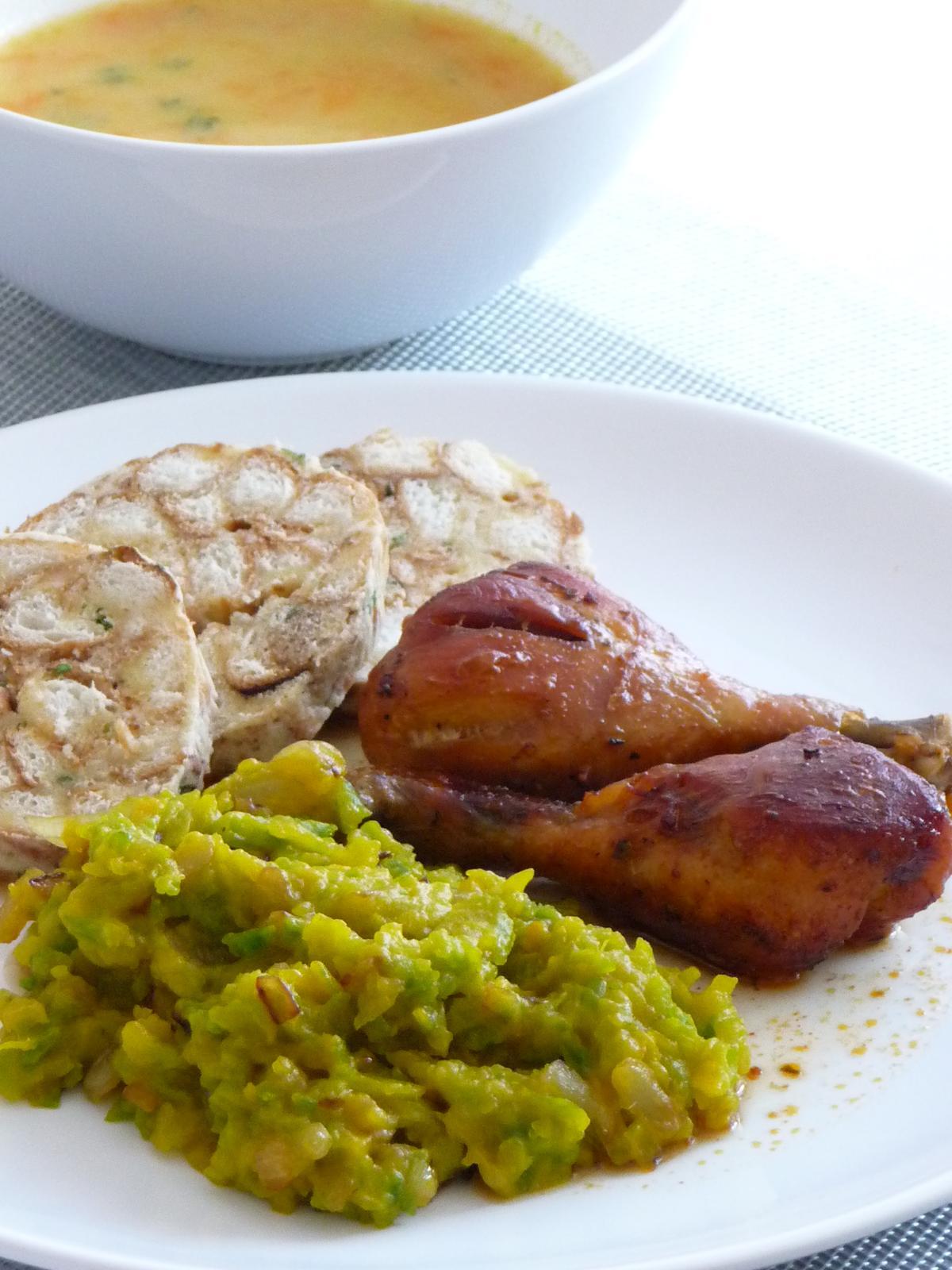 Z mého kuchařského deníku - Vaření tak trošku podzimní -kuřecí paličky pečené na pivě, dýňové zelí a knedlíky.