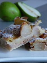 A ještě nedělní koláč z listového těsta, s pošírovanými hruškami ve víně, s vanilkovým pudinkem a ořechy.
