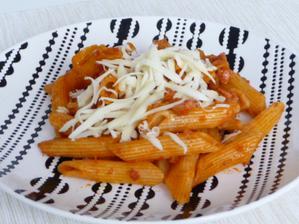 Večerní rychlovka- těstoviny s rajčatovou omáčkou a cuketkou.