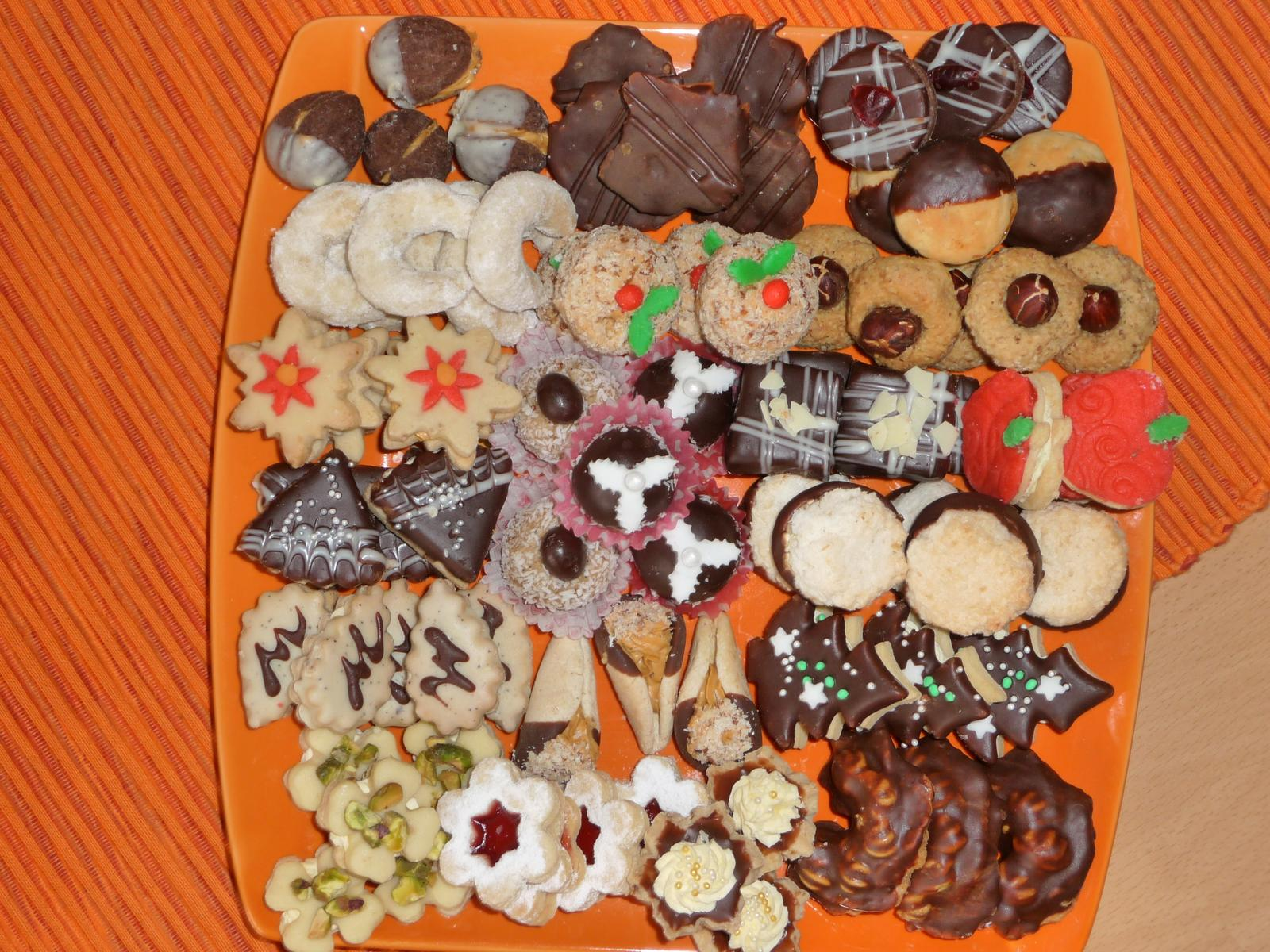 Z mého kuchařského deníku - Našla jsem foto cukroví z roku 2013. Letos jsem se rozhodla, že udělám jen několik druhů a jen ty nejlepší :)