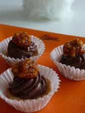 košíčky s čokoládovým krémem a karamelovým krokantem