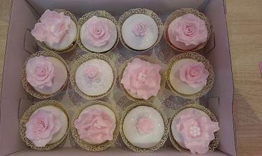 Marcipanove cupcakes :-) budu take len v bielo, bezovo zlatom