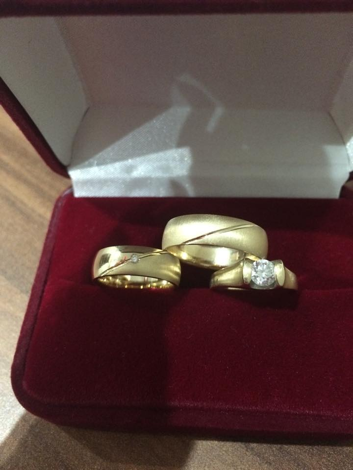 Svadba 26.09.2015 - Moje prstene s diamantikami :-)