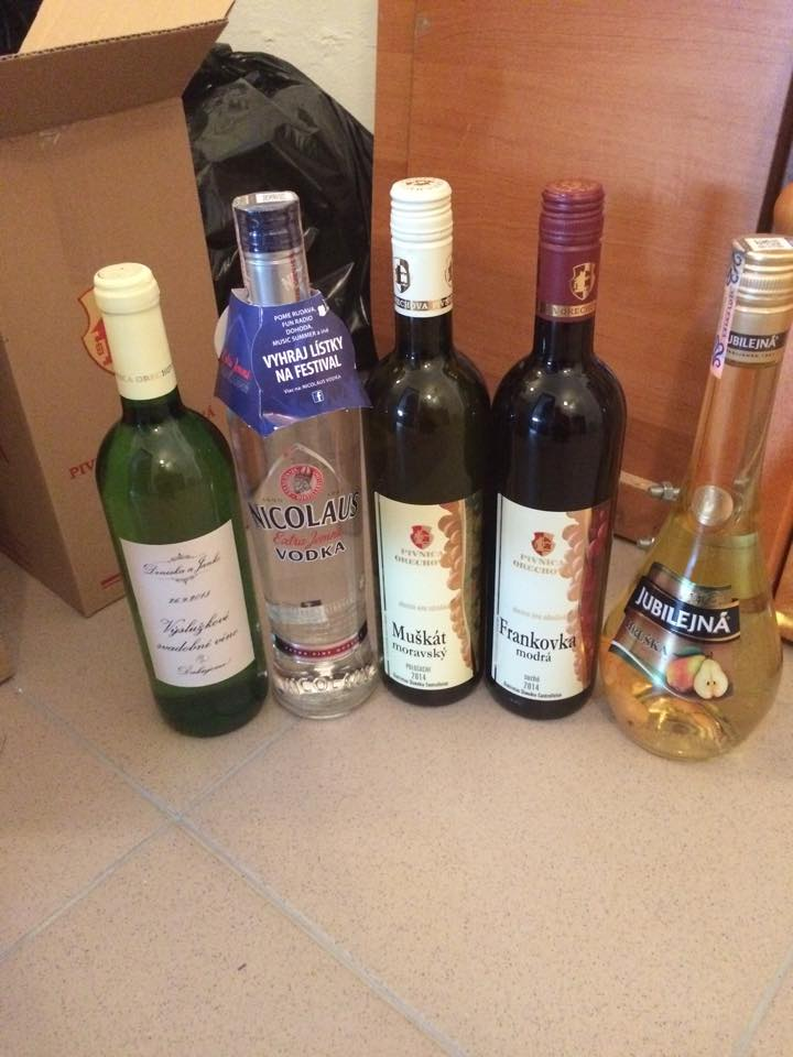 Svadba 26.09.2015 - Vysluzkove vinko flaska mala byt ako ten muskat a frankovka..ale to tak ked  to ide kupit svokra..a este sme dokupili aj metaxu :-))