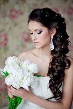 Tenhle je úplně nejblíže k mé představě, namísto sponek ve vlasech chci spíše živé květy :)