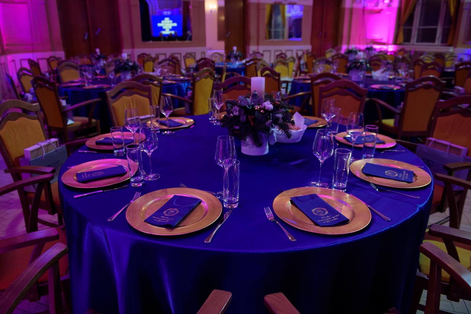 tmavomodrý obrus na okrúhly stôl - Obrázok č. 3