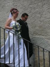 Už jako novomanželé po zámeckých schodech...