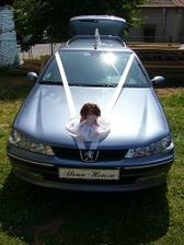 Auto s panenkou-nevěsty
