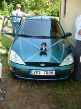 Auto s panáčkem-ženicha