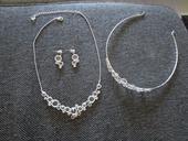 svatební bižuterie (naušnice, náhrdelník, korunka),