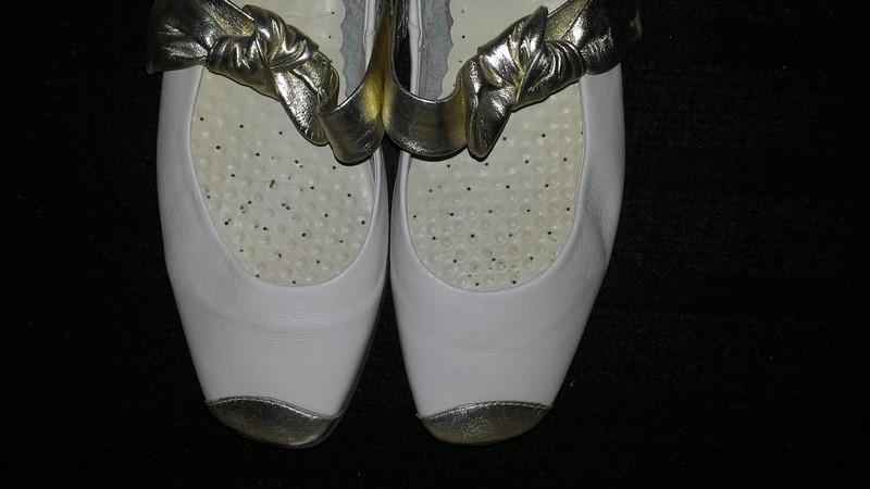 Bílé boty se zlatou mašlí - Obrázek č. 2