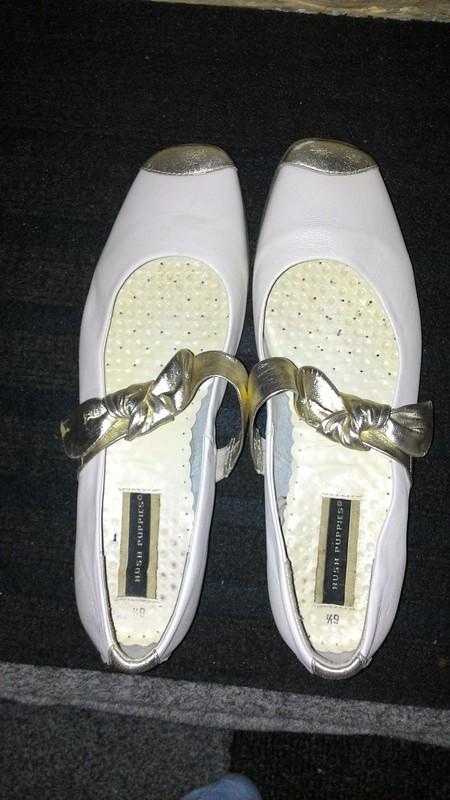 Bílé boty se zlatou mašlí - Obrázek č. 1