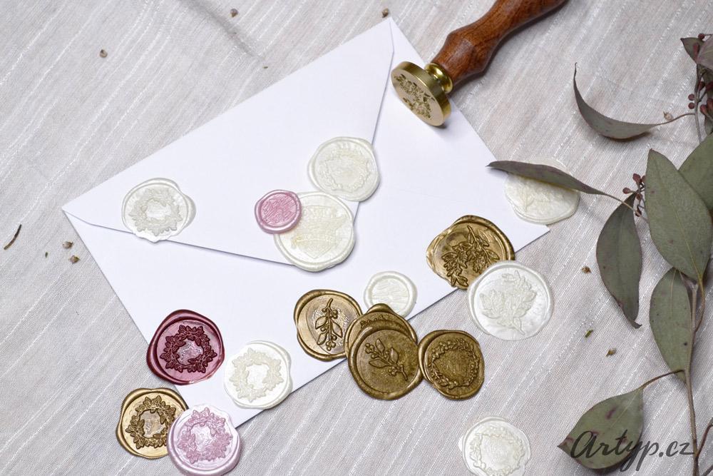 Pečetění ❤️ Ke svým pozvánkám si u nás můžete vybrat pečetě i obálky. - Obrázek č. 1